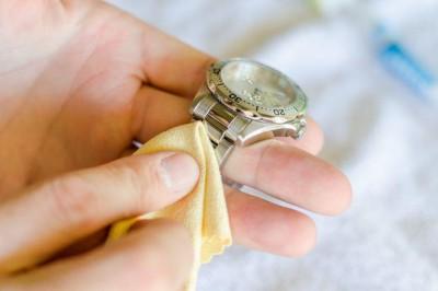 Mẹo hay giúp khử mùi hôi khó chịu của đồng hồ dây da.