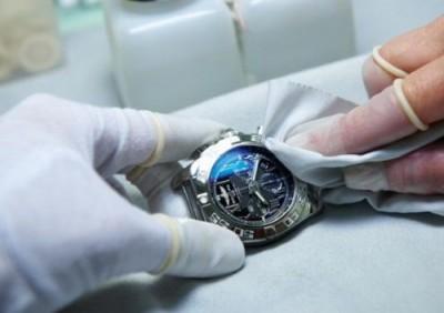 Nên thay kính mới hay đánh bóng mặt kính đồng hồ khi bị xước?